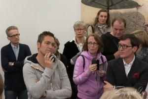 Ein ungewohnt ernster Dieter Nuhr, rechts der Galerist Torsten Obrist